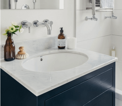 Contemporary bathroom in marble and navy blue